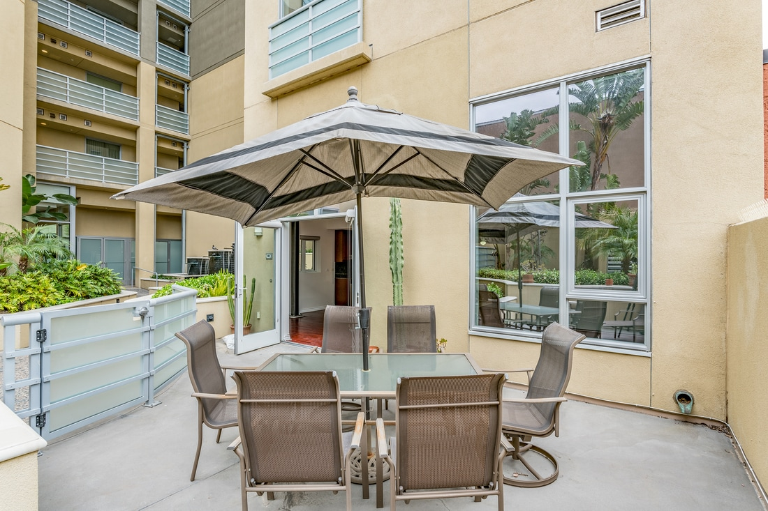 550 15th St- Outdoor table